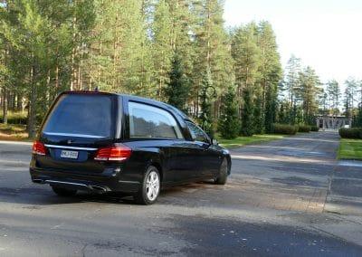Hautauskuljetus Palokka Jyväskylä auto musta