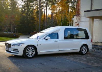 Hautauskuljetus Jyväskylä auto valkoinen